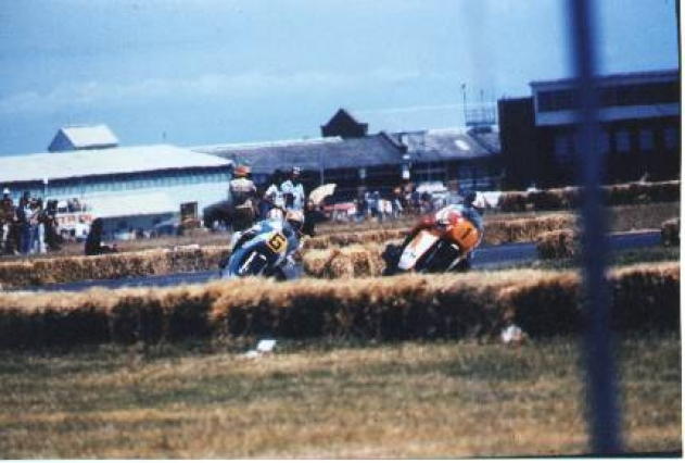 Ken has just passed Giacomo Agostini to take the lead in the Australian 500cc TT, Laverton, February 1976